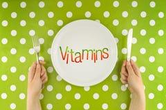 Mujer que come las vitaminas, visión superior Imagen de archivo
