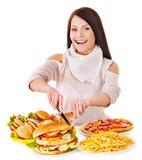 Mujer que come los alimentos de preparación rápida. imágenes de archivo libres de regalías