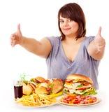Mujer que come los alimentos de preparación rápida. fotografía de archivo