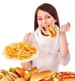 Mujer que come los alimentos de preparación rápida. fotos de archivo