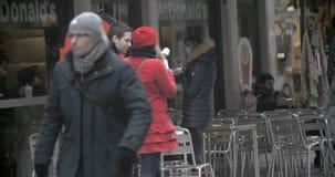 Mujer que come los alimentos de preparación rápida al aire libre almacen de video