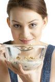 Mujer que come los cereales Fotografía de archivo