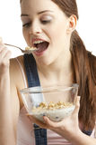 Mujer que come los cereales Foto de archivo libre de regalías