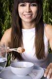 Mujer que come un camarón Imagen de archivo