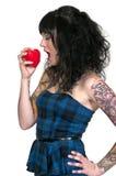 Mujer que come un corazón fotografía de archivo libre de regalías