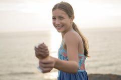 Mujer que come un helado delicioso en la puesta del sol Imagen de archivo libre de regalías
