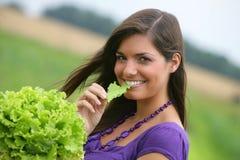 Mujer que come una ensalada. imagen de archivo