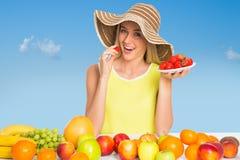 Mujer que come una fresa foto de archivo