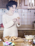 Mujer que come una magdalena fresca hecha en casa por la mañana Fotos de archivo