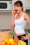 Mujer que come una manzana Imágenes de archivo libres de regalías