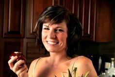 Mujer que come una manzana Fotos de archivo