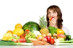 Mujer que come una manzana Imagenes de archivo