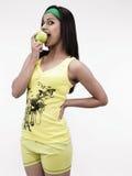 Mujer que come una manzana verde Fotos de archivo libres de regalías