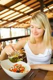Mujer que come vehículos sanos imagenes de archivo