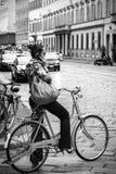 Mujer que completa un ciclo en Milán fotos de archivo libres de regalías