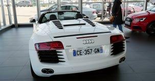 Mujer que compra el coche de carreras de lujo Audi R8 metrajes