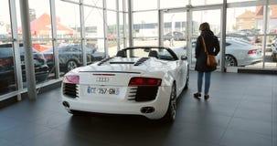 Mujer que compra el coche de carreras de lujo Audi R8 almacen de video