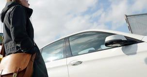 Mujer que compra el nuevo coche de BMW en el distribuidor autorizado almacen de video