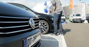 Mujer que compra el nuevo coche de Volkswagen almacen de metraje de vídeo