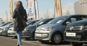 Mujer que compra el nuevo coche de Volkswagen almacen de video