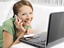 Mujer que compra el producto usando su ordenador portátil Imagen de archivo libre de regalías