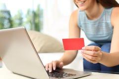 Mujer que compra en línea con la tarjeta de banco Imágenes de archivo libres de regalías