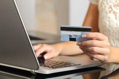 Mujer que compra en línea con un comercio electrónico de la tarjeta de crédito Imagen de archivo