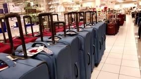 Mujer que compra equipaje azul almacen de video