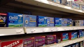 Mujer que compra medicina de la alergia de Claritin