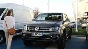 Mujer que compra nuevo SUV de Volkswagen Amarok almacen de video