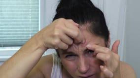 Mujer que comprueba la erupción en la cabeza almacen de metraje de vídeo
