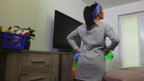 Mujer que comprueba los trabajos caseros almacen de video