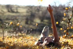 Mujer que comtempla en la tierra Fotos de archivo