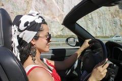 Mujer que conduce al automóvil descubierto Imagen de archivo libre de regalías