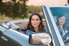 Mujer que conduce con el amigo imágenes de archivo libres de regalías