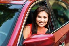 Mujer que conduce el coche Foto de archivo