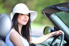 Mujer que conduce el coche del cabrio. Imágenes de archivo libres de regalías