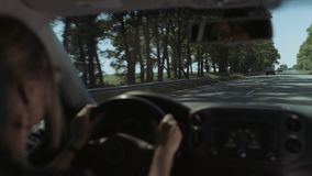 Mujer que conduce el coche en autopista sin peaje durante viaje del verano almacen de metraje de vídeo
