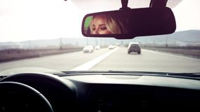 Mujer que conduce el coche en la carretera metrajes