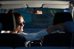 Mujer que conduce en revés Fotografía de archivo