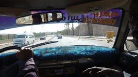 Mujer que conduce en un taxi con la guía local del taxista y del turista almacen de video