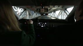Mujer que conduce la estructura del estacionamiento cubierto del interior del coche almacen de metraje de vídeo