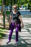 Mujer que conduce patines en línea Foto de archivo libre de regalías