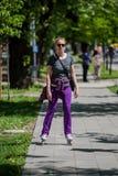 Mujer que conduce patines en línea Imagen de archivo libre de regalías