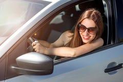 Mujer que conduce su coche Imagenes de archivo