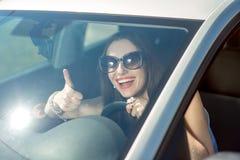 Mujer que conduce su coche Imagen de archivo