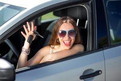 Mujer que conduce su coche Fotos de archivo libres de regalías