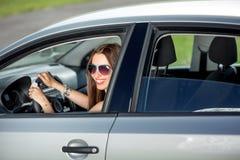 Mujer que conduce su coche Foto de archivo libre de regalías