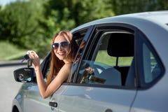 Mujer que conduce su coche Imágenes de archivo libres de regalías
