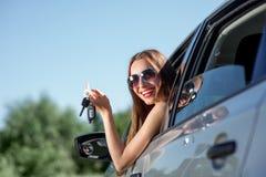 Mujer que conduce su coche Foto de archivo